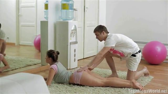 Тренер трахает свою мощную телку, здоровые члены и гимнастки