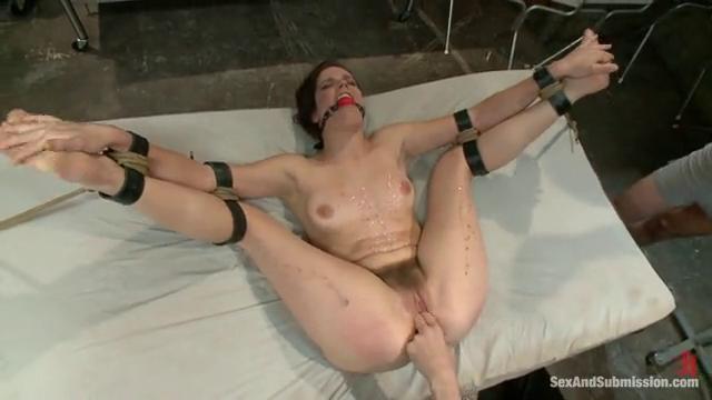 Порно мужик трахает руками классное порно