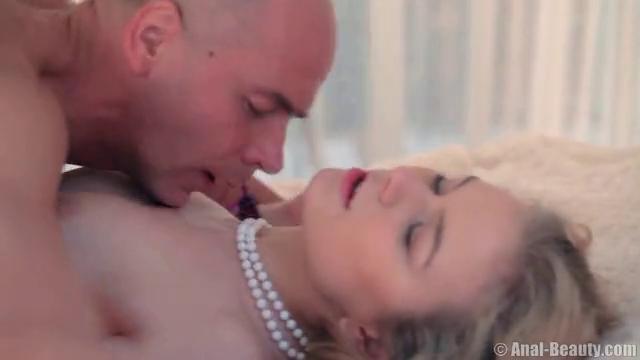 Видео секс на большой белой кровати